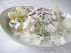 Snadný recept na lehký bramborový salát s cibulí a jogurtem. Salát podáváme jako přílohu ke smaženým rybám nebo řízkům.