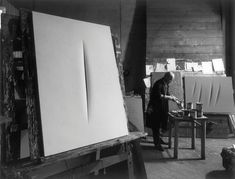 L'image du jour Lucio Fontana dans son atelier, Milan, 1964 © photo: Ugo Mulas Lucio Fontana, Artist Art, Artist At Work, Modern Art, Contemporary Art, Monochrome Photography, White Photography, Art For Art Sake, Environmental Art