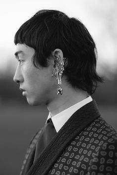 The wit, wisdom and beauty of Oscar Wilde as he journeys from Tite Street in London to Paris Saint Germain inform Alexander McQueen's menswear collection this season. A multi safety pin earring with a metal tooth charm from the men's Autumn/Winter 2017 collection.