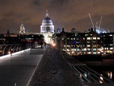 Die Millenium Bridge und St. Paul's Cathedral am Abend.