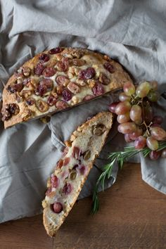 A bread full of grapes and walnuts Easy Bread, Artisan Bread, Sweet Bread, Bread Baking, I Love Food, Vegetable Pizza, Bread Recipes, Bakery, Brunch