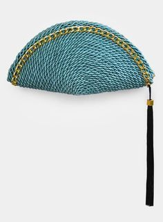 "Bolso de fiesta con forma de abanico hecho en cordón de seda turquesa de ""Olvido Madrid"" www.olvidomadrid.es (49,90 euros) Diy Clutch, Diy Purse, Clutch Purse, Handbag Tutorial, Tapestry Crochet Patterns, Summer Bags, Womens Purses, Knitted Bags, My Bags"