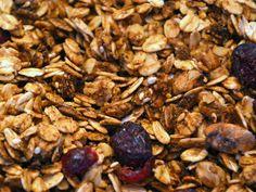 Granola de Nuez y Cranberry: Prueba nuestra crujiente granola artesanal elaborada con los mejores ingredientes disponibles en Chile. Además, utilizamos ghee, sesamo, coco los que le dan el mejor equilibrio de sabores. Endulzada solo con miel.    Este producto se ha convertido en el mejor desayuno o snack para cualquier hora del día. Nuestra granola es horneada por varios minutos junto a la exquisite miel de abeja, lo que le da un sabor tostado y la hace mucho más sabrosa que el muesli.