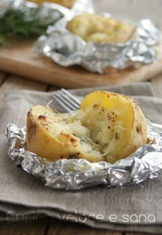 Patate al cartoccio, con stracchino e rosmarino. Antipasto, contorno, piatto unico? Fate voi, io vi dico solo che sono favolose!!! #Vegetarianrecipes