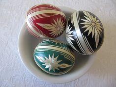 Kraslice zdobené slámou Pouky slepičích vajec barvené a zdobené lepením ječné slámy. Dostupné barvy: červená, zelená a černá. Types Of Eggs, Egg Art, Egg Decorating, Nespresso, Easter Eggs, Mandala, Dots, Carving, Painting