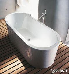 Duravit Starck: Die Freistehende Badewanne Verfügt über Eine Rückenschräge.  Der Ablauf Ist Mittig Eingebaut
