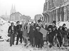 Karneval 1947 im Schnee in der Ritterstraße, Ritterstr., 50668 Köln - Altstadt-Nord (1947) Cologne Germany, World War Two, Dom, Street View, Europe, In This Moment, History, Black, Post War Era