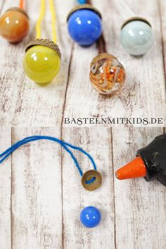 Eicheln basteln – Bastelideen schnell und einfach Tinker beautiful pendants or chains with mornings and acorn cap tinker with acorns. Great Hernstdeko tinker with children Autumn Crafts, Nature Crafts, Diy And Crafts, Crafts For Kids, Decoration Chic, Acorn Crafts, Christmas Illustration, Fall Diy, Christmas Nails
