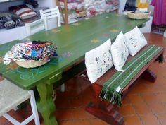 Muebles de madera con terminados delicados y finos. Pintados a mano con pincel, piezas de exquisita calidad.