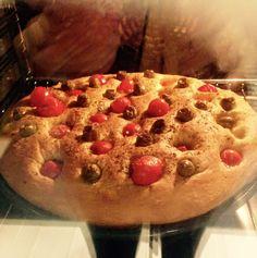 Focaccia barese con pomodorini ed olive
