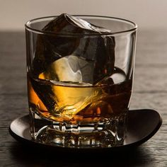 6 Rules for Drinking Bourbon Correctly Best Bourbon Whiskey, Bourbon Liquor, Bulleit Bourbon, Bourbon Cocktails, Cigars And Whiskey, Whiskey Drinks, Scotch Whiskey, Bourbon Street, Whiskey Glasses
