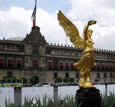 Esto es una estatua. Se puede ver en la ciudad de México. La estatua es de un ángel. Que está hecho de oro y es muy brillante.