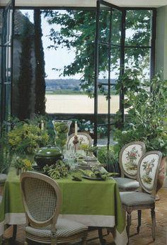 самый красивый набор стол, красивая гостиная, большие окна, зеленые растения