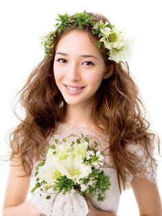 グリーンと白の草花に愛らしいアネモネをプラスガーデンの妖精のよう!|ヘアメイクカタログ|ブライダル・ビューティ|ザ・ウエディング
