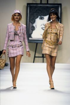 Chanel by Karl Lagerfeld Spring 1994 Ready-to-Wear Collection Photos - Amber Valletta, Carla Bruni