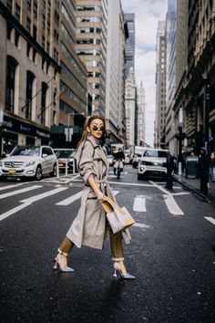 With NYFW behind us now, here are the biggest street style trends of spring 2019 you can cop and start wearing right now! With NYFW behind us now, here are the biggest street style trends of spring 2019 you can cop and start wearing right now! Rihanna Street Style, Model Street Style, Street Style Trends, Berlin Street Style, London Street, European Street Style, Italian Street Style, Beige Outfit, Fall Fashion Trends