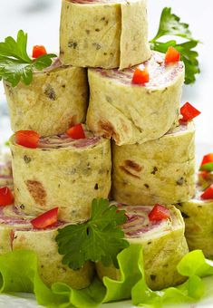 Ingredients: 2 blocks (8 ounces) cream cheese, softened 1 packet (1 ounce) Ranch dip mix 8 to 10 large flour tortillas or lavosh flat bread 1 pound thinly sliced deli ham, turkey, or roast beef or a combination of all three A few cups of fresh spinach 1 jar roasted red peppers (optional) Directions: In …