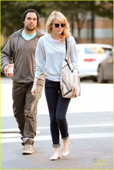 Emma Stone: Bubby's Run In with Judd Apatow!   emma stone bubblys lunch with buddies 01 - Photo Gallery   Just Jared Jr.