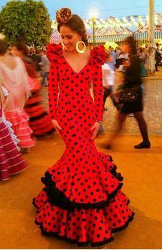 Traje de flamenca blanco con lunares rojos