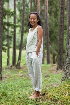 Lange, schlichte Damen-Hose aus 100% Bio-Leinen mit Kordelzug und Gummibund aus Naturkautschuk.  In der Steiermark (Österreich) handgefertigte, zeitlose Kleidung. Zu 100% aus fair in Europa produzierten, veganen Bio-Materialien. Leinen ist nicht nur natürlich und nachhaltig, sondern auch angenehm luftig zu tragen - somit ideal für warme Sommertage! Keine Fast-Fashion, sondern ein schönes Teil für lange Freude. Capri Pants, Fashion, Europe, Classic Clothes, Natural Rubber, Summer Days, Sustainable Fashion, Glee, Trousers