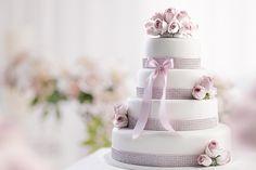 Svatební dort potažený bílým fondánem, dozdobený stuhou s kamínky a živými květinami. photo: Petr Vaněk design: KANTORS CREATIVE CLUB Cake, Wedding, Design, Valentines Day Weddings, Kuchen, Weddings, Torte, Cookies