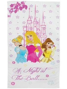 Prinsessat-pyyhe  Levitä tämä rannalle tai kuivaa itsesi hauskan uimahallireissun jälkeen! Herkän kaunista pyyhettä koristavat Disneyn sulokkaat prinsessat. Pyyhe on sataprosenttista puuvillaa, ja sen koko on 75 x 150 cm.