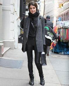 Stay stylish in the cold weather with these winter layering techniques. Check out street fashion photos featuring fashionable layered looks for winter only on ELLE. Dublin Street Style, Street Style Edgy, Street Chic, Street Fashion Show, Sweater Layering, Black Leather Skirts, Winter Stil, Androgynous Fashion, Tops For Leggings