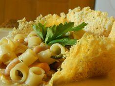 Pasta e fagioli cannellini su cestino di parmigiano