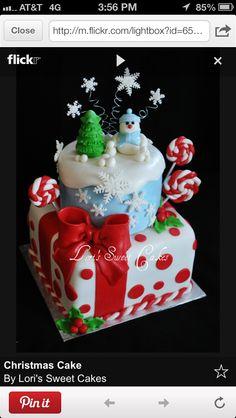 Santa Hat, Christmas tree, and Reindeer Cake Pops by Bakerella Christmas Cake Designs, Christmas Cupcakes, Christmas Sweets, Christmas Baking, Christmas Tree, Christmas Snowflakes, Beautiful Cakes, Amazing Cakes, Winter Wonderland Cake