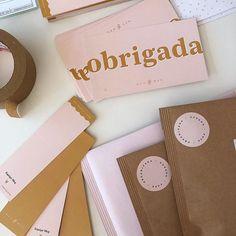 embalagem simples, minimalista e cheia de carinho Stationary Store, Branding Agency, E Commerce, Personal Branding, Packing, Instagram, Diy, Polaroid, Bakery