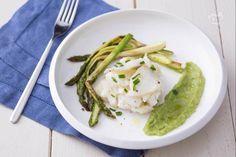 Il baccalà agli asparagi è un secondo piatto delicato e appetitoso che darà una sferzata di freschezza e gusto ai vostri menu primaverili. Mashed Potatoes, Spaghetti, Menu, Ethnic Recipes, Food, Xmas, Diet, Whipped Potatoes, Menu Board Design