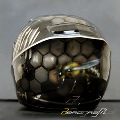 Bee airbrush on motorcycle helmet  Source: www.aerografit.pl