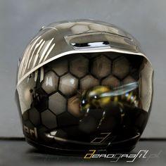 Bee airbrush on motorcycle helmet  Source: www.aerografit.pl