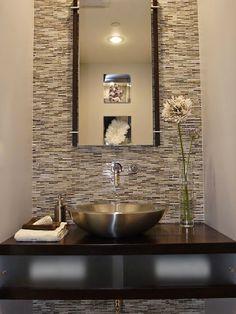 Banyoda gümüş renkli lavabo güzellliği