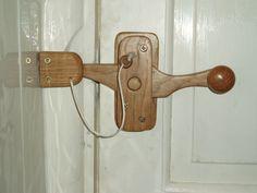 Wooden door latch with simple lock for a bathroom door Love this easy to use as well Wooden Door Knobs, Wooden Hinges, Wooden Doors, Barn Door Latch, Door Latches, Hidden Door Bookcase, Murphy Door, Make A Door, Door Furniture