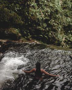 Ideia de fotos na cachoeira Foto Instagram, Instagram Feed, Summer Beach, Summer Vibes, Jungle Vibes, Outdoor Baths, Summer Pictures, Diy Photo, Beach Photos