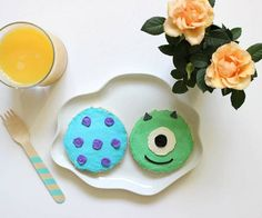 These Mike and Sulley cream cheese sandwiches are a total scream. Walt Disney, Disney Pixar, Cute Disney, Disney Family, Disney Magic, Disney Inspired Food, Disney Food, Disney Recipes, Disney Snacks