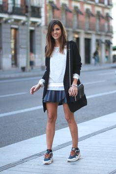 trendy_taste-look-outfit-street_style-ootd-fashion_spain-moda_españa-sudadera-jersey_rayas-falda_piel_azul-blue_leather_skirt-purificacion_garcia-pg-nike-airmax-sneakers-zapatillas-blog-blogger-polaroid-13