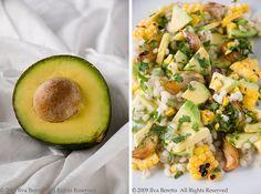 Insalata di avocado con cipolle grigliate al miele, orzo e mais tostato