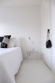 Homevialaura | white bedroom | Kartell Jolly | Artemide Tolomeo | Hermes Avalon | linen bedding