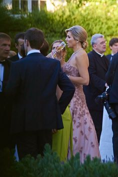 After the wedding ceremony Queen Maxima dropped her cape and revealed her back, as it was time for a cool drink outside in the shadow at the garden of Palais Lichtenstein in Vienna.