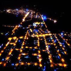 Vista aérea noturna de Rosário Oeste