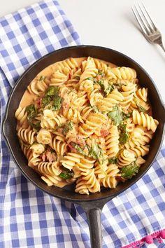 Everyone loves pasta - and especially creamy spinach tomato nud .- Everyone loves pasta – and especially creamy spinach and tomato pasta button sheriff Seafood Recipes, Pasta Recipes, Vegetarian Recipes, Healthy Recipes, Snacks Recipes, Veg Recipes, Seafood Pasta, Shrimp Pasta, Healthy Eating Tips