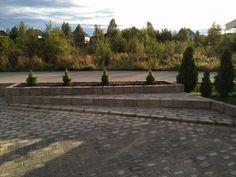 #Gårdsplass med store #blomsterkasser bygd opp av #belegningstein og #kantstein.