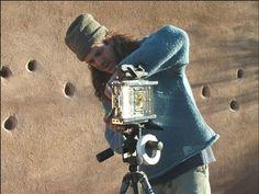 Wayne Belger é um autodidacta da vida. Fez de tudo um pouco até se interessar pela fotografia, uma paixão séria. A sua abordagem é bastante radical e por isso despreza processos muito artificiais, como a fotografia digital, e vira-se para o grau absoluto da fotografia: a técnica do pinhole.