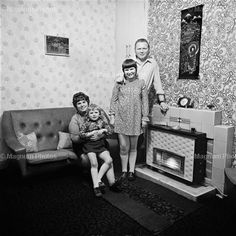 June Street series, Salford by Daniel Meadows & Martin Parr, 1973 Martin Parr, Documentary Photographers, Best Photographers, Magnum Photos, Cool Pictures, Cool Photos, Vintage Photo Booths, Vintage Photos, Salford
