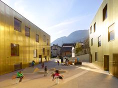 Alpenglühen auf der Goldfassade - Kindertagesstätte in Vétroz von savioz fabrizzi
