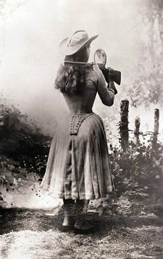 Annie Oakley shooting over her shoulder using a hand mirror. Annie Oakley shooting over her shoulder using a hand mirror. Vintage Pictures, Old Pictures, Old Photos, Steven Meisel, Le Far West, Ansel Adams, Interesting History, Interesting Photos, Interesting Facts