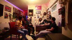 Kılçıksız Nefaset Türkiye'de Sanatçı Portreleri Buluşması DEVIL  Bu bölümde müzikte isyan grubu DEVIL bizlerle... Önyargıları yıllardır yıkan ve hala yıkmaya çalışan, barış, barış, barış diyen, her türlü savaşa karşı olan ve sevgiyi, barışı paylaşmaya öncülük eden bir grup DEVIL. Biz üstadlarla buluşmaktan büyük keyif aldık. Nöbetçi Kültür Kafe Tv ekibi bu efsane grubun paylaşımcılığını hayranlıkla dinledi. Şimdi bu röportaj şimdi sizlerle...