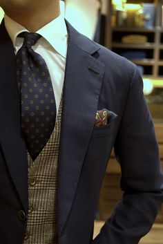 Love the tweed waistcoat under the navy suit ( I'm feeling the British vibe right now.the tweed vest under a solid suit jacket. Style Gentleman, Gentleman Mode, Sharp Dressed Man, Well Dressed Men, Mens Fashion Blog, Look Fashion, Elegance Fashion, Fashion Suits, Fashion 2015